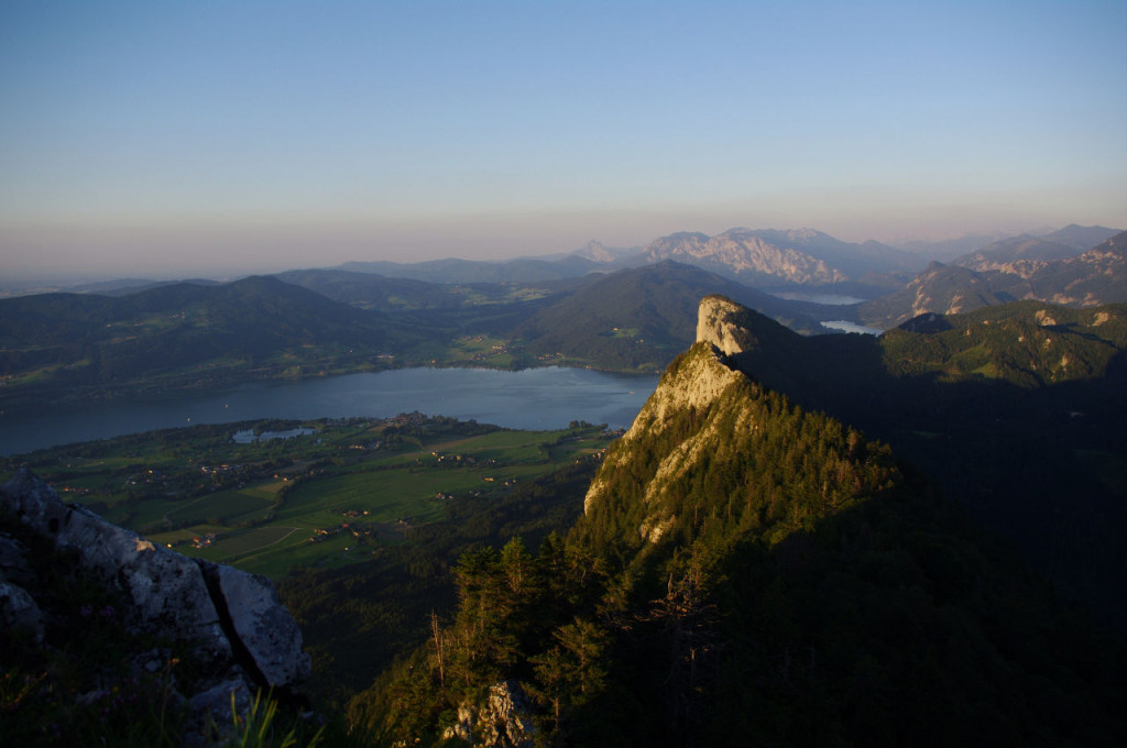 Vom 1328 Meter hohen Schober hat man einen schönen Blick über  das Salzburger Seenland. Hier geht der Blick zum Mondsee.