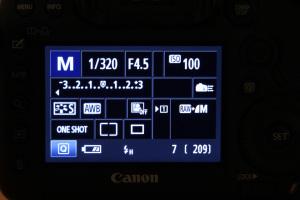 HSS steht für High-Speed-Synchronisation und wird bei Canon im Display durch ein H angezeigt.