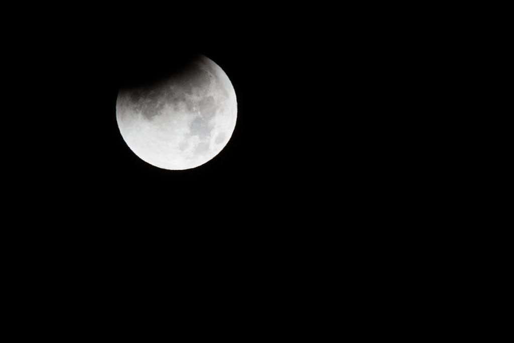 Die Mondfinsternis beginnt